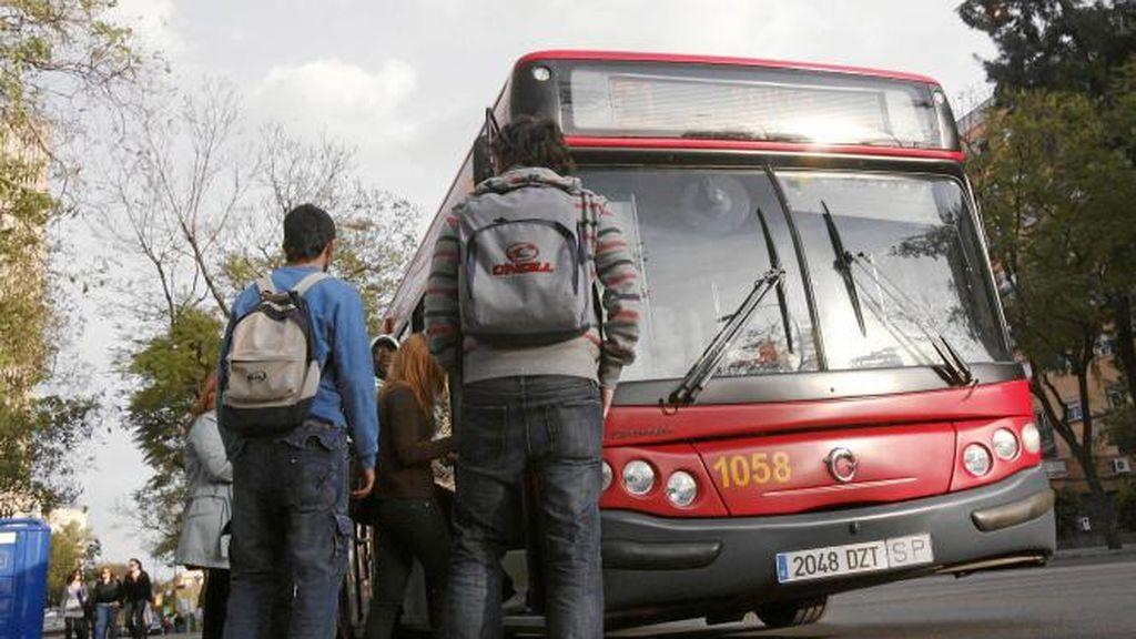 Herida grave al ser atropellada por un autobús en Sevilla tras posible cruce indebido