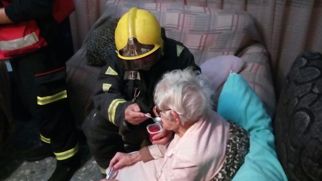 Los bomberos de Málaga rescatan a una anciana de 94 años que llevaba horas caída en el suelo