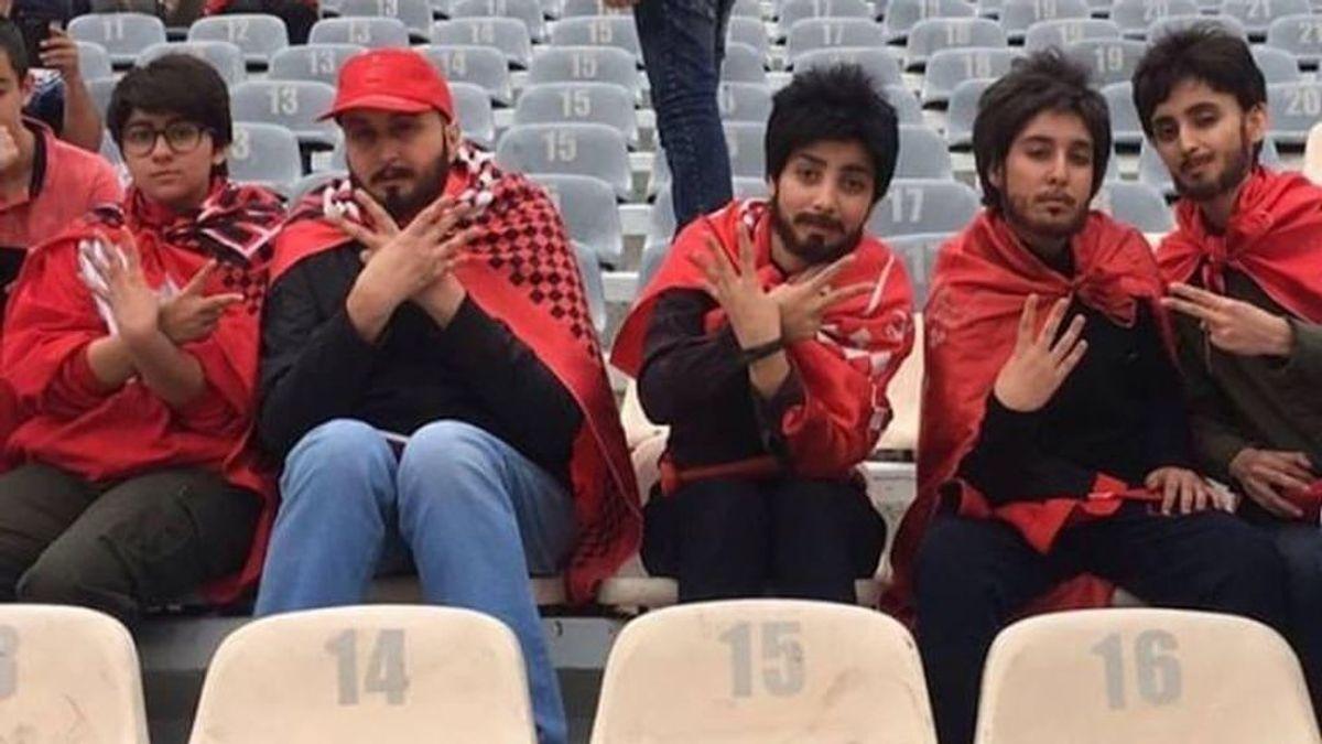 Unas aficionadas iraníes acuden a un estadio de fútbol disfrazadas de hombres para poder entrar