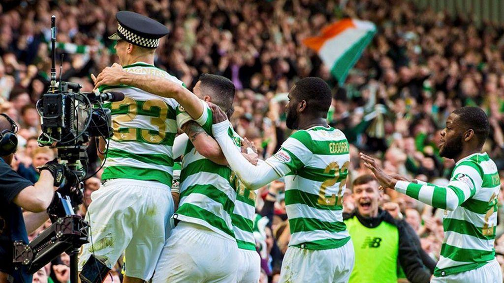 Un jugador del Celtic le 'roba' la gorra a un policía durante la celebración de un gol