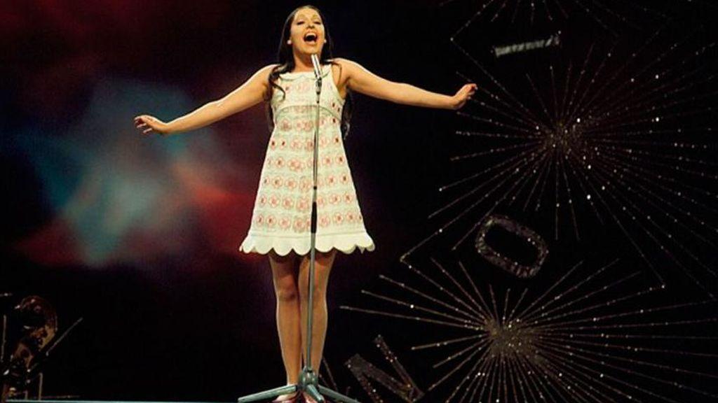 Massiel cantando la canción 'La, la , la', en el  Royal Albert Hall de Londres en el Festival de Eurovisión de 1968.