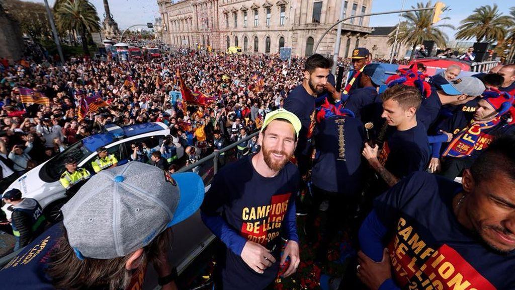 El Barça se da un baño de masas celebrando el doblete por las calles de la ciudad