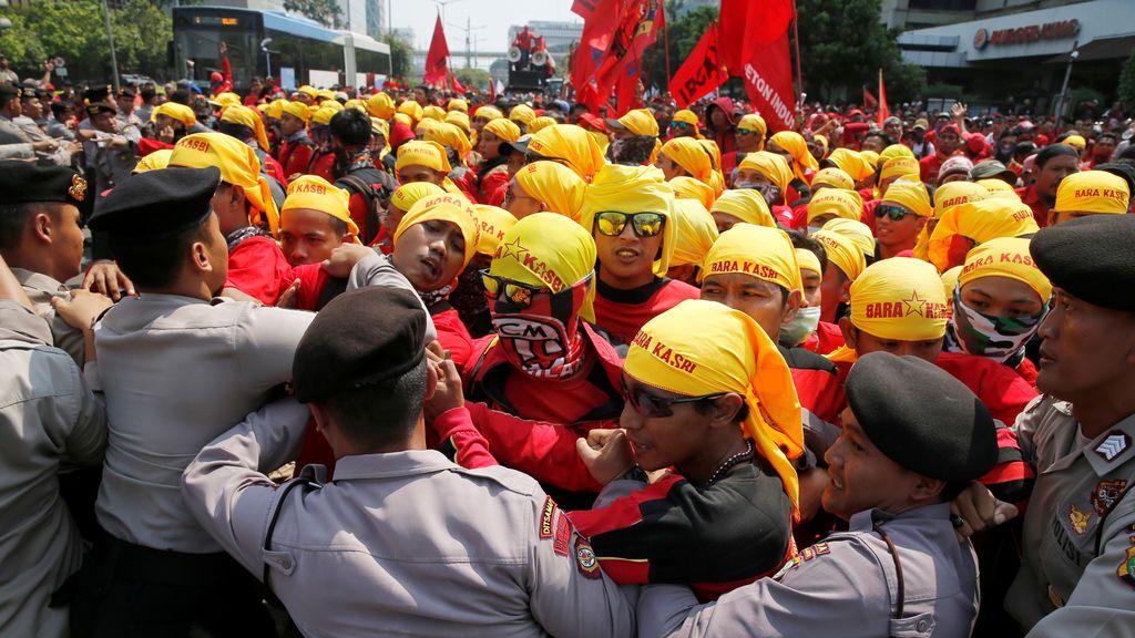 Empujones y forcejeos en la marcha del 1º de mayo en Jakarta