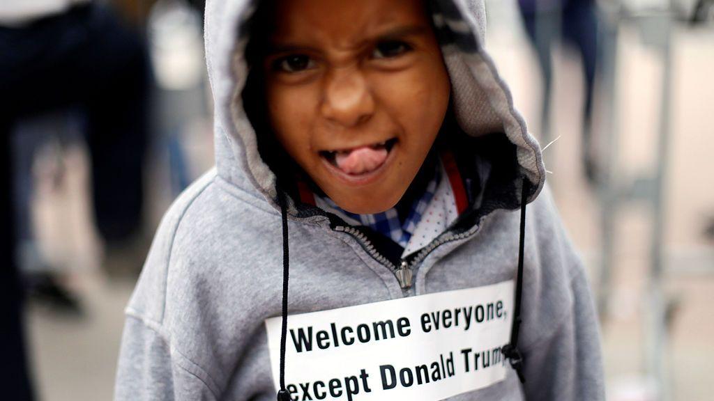 Un niño en la caravana de inmigrantes en la frontera de EEUU