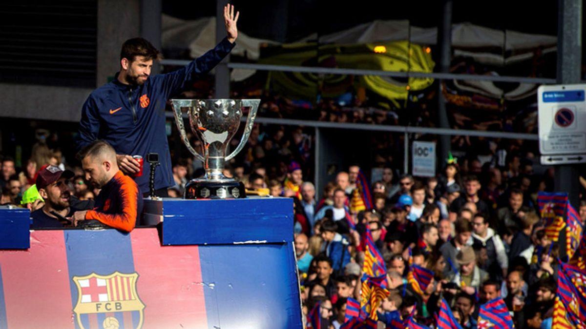 Un Mosso d'Esquadra tuvo que intervenir para llamar la atención a un Piqué desatado en la celebración del Barça