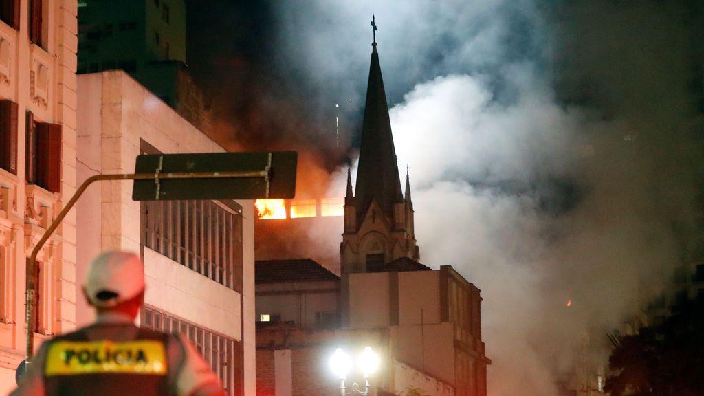 Se derrumba un edificio en llamas en Sao Paulo: Un muerto y varios desaparecidos