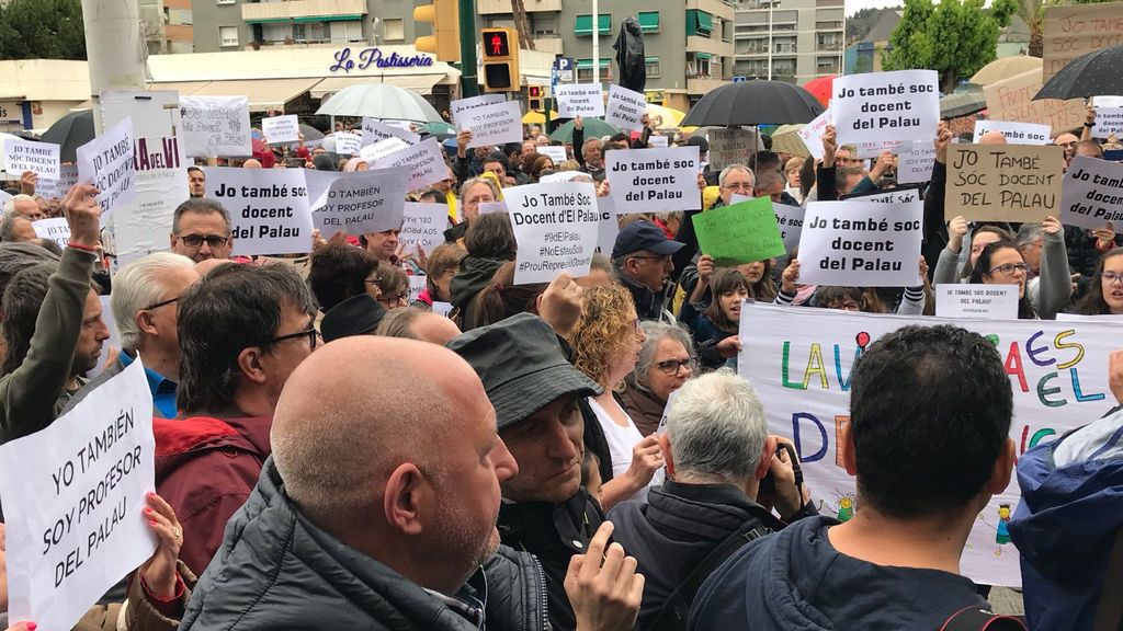 Una concentración apoya a los docentes denunciados de Sant Andreu de la Barca (Barcelona)
