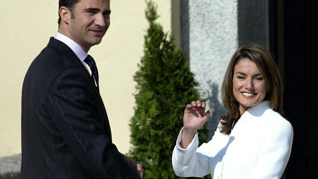 La reina Letizia rememora su traje de pedida 15 años después