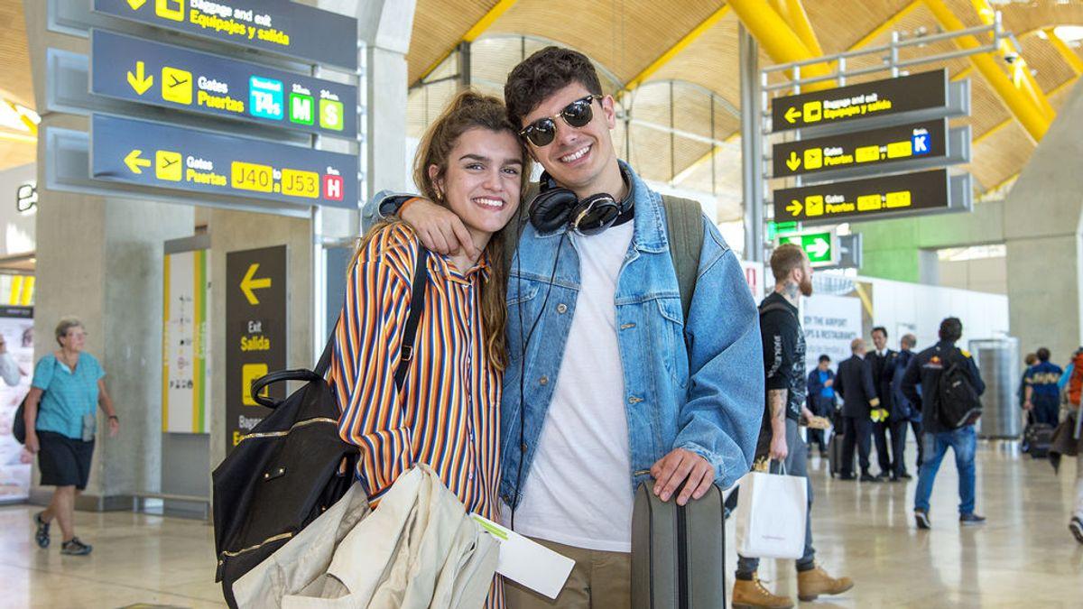 Amaia y Alfred, en el aeropuerto de Madrid, camino de Lisboa para participar en Eurovisión 2018.