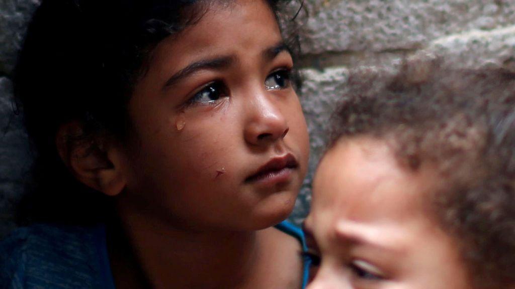 Una niña llora por la muerte de un manifestante