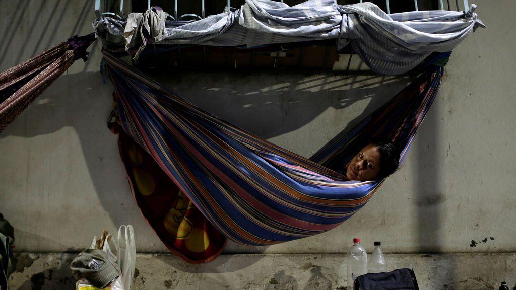 Una refugiada venezolana descansa en Brasil