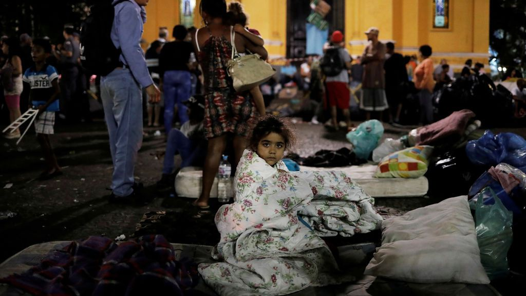 Una niña descansa en la calle tras quedarse sin hogar