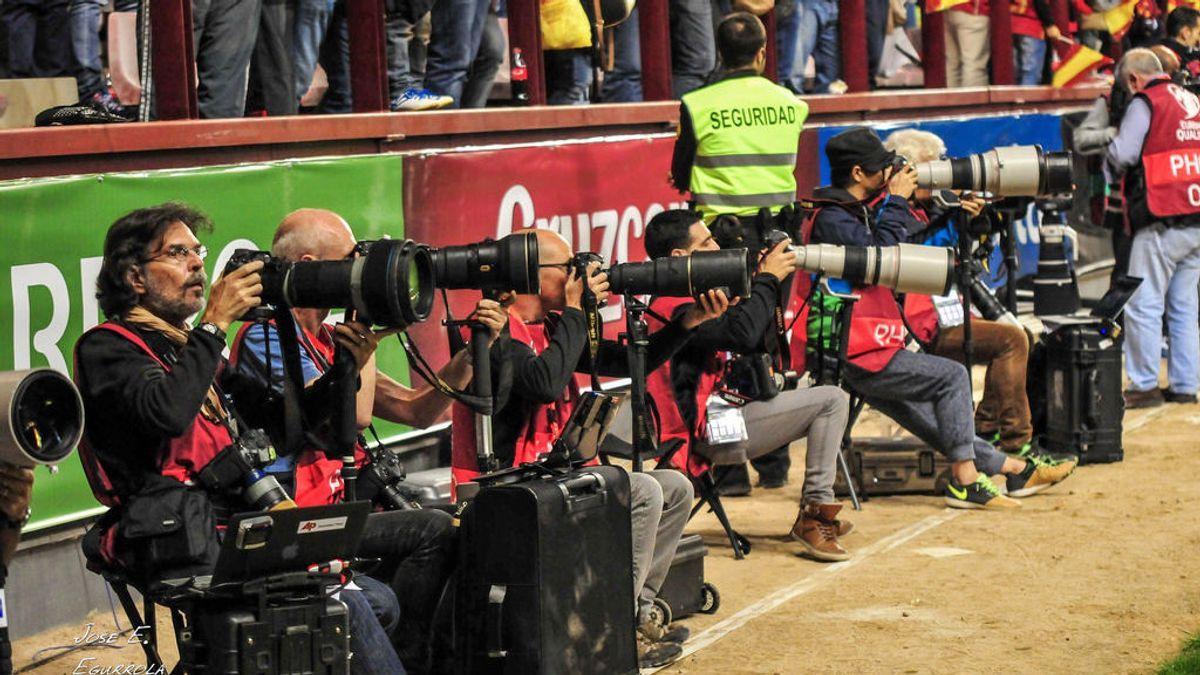 Periodistas deportivos denuncian cómo les roban en los estadios de fútbol usando un falso atropello de un perro