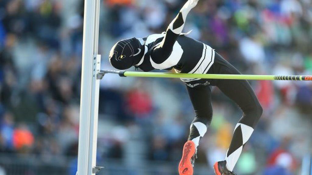 Una atleta compite disfrazada de 'Power Ranger' como homenaje a los niños que entrena