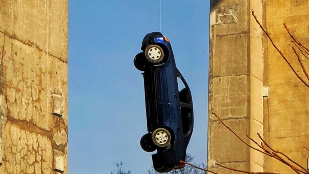 coche colgando puente toronto broma