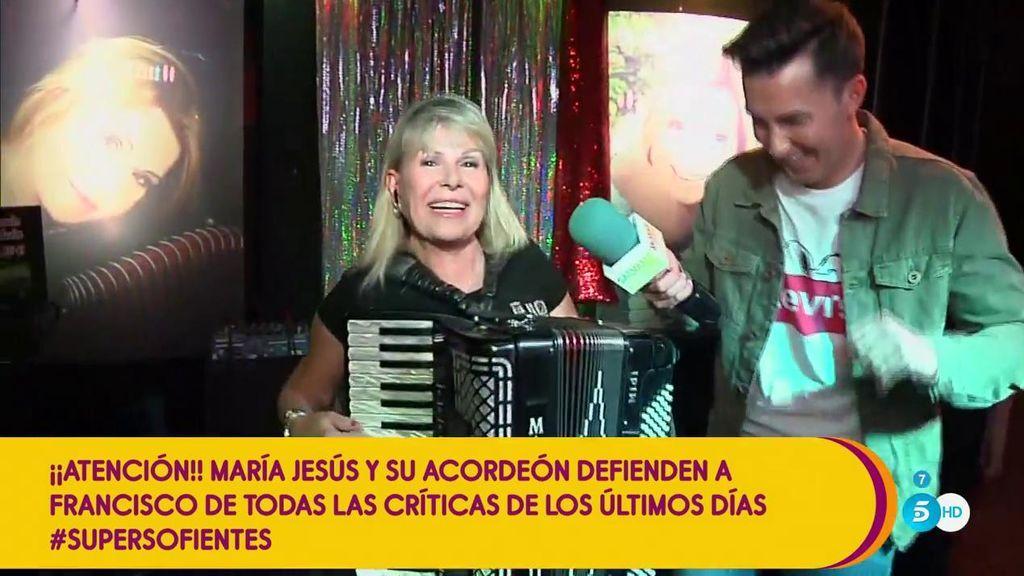 María Jesús y su acordeón defiende a Francisco y le homenajea a ritmo de 'Los Pajaritos'