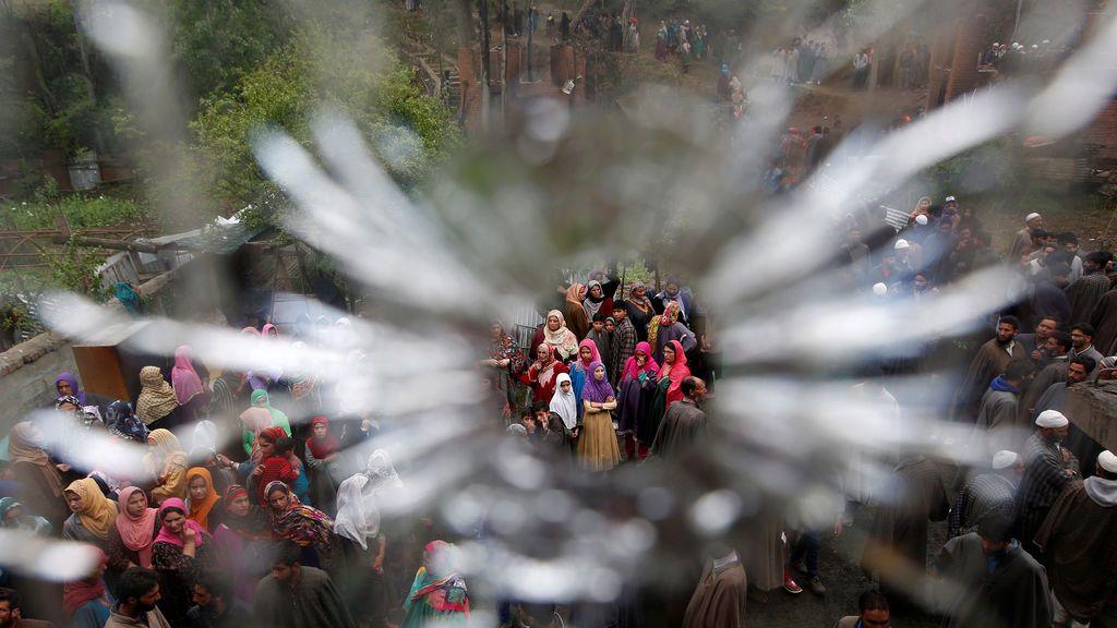Ventana dañada después de un tiroteo en Cachemira