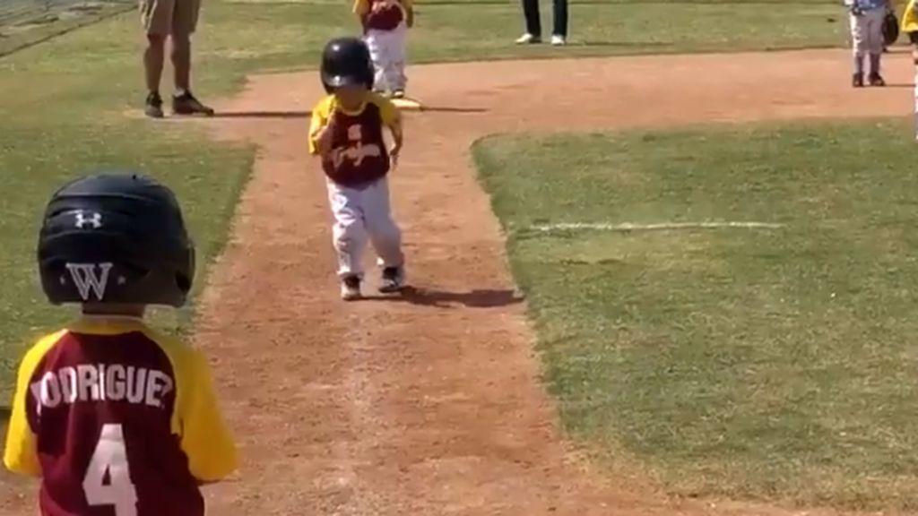 ¡La carrera más tierna! Su entrenador le pide que corra más rápido pero este niño de tres años decide hacerlo a cámara lenta
