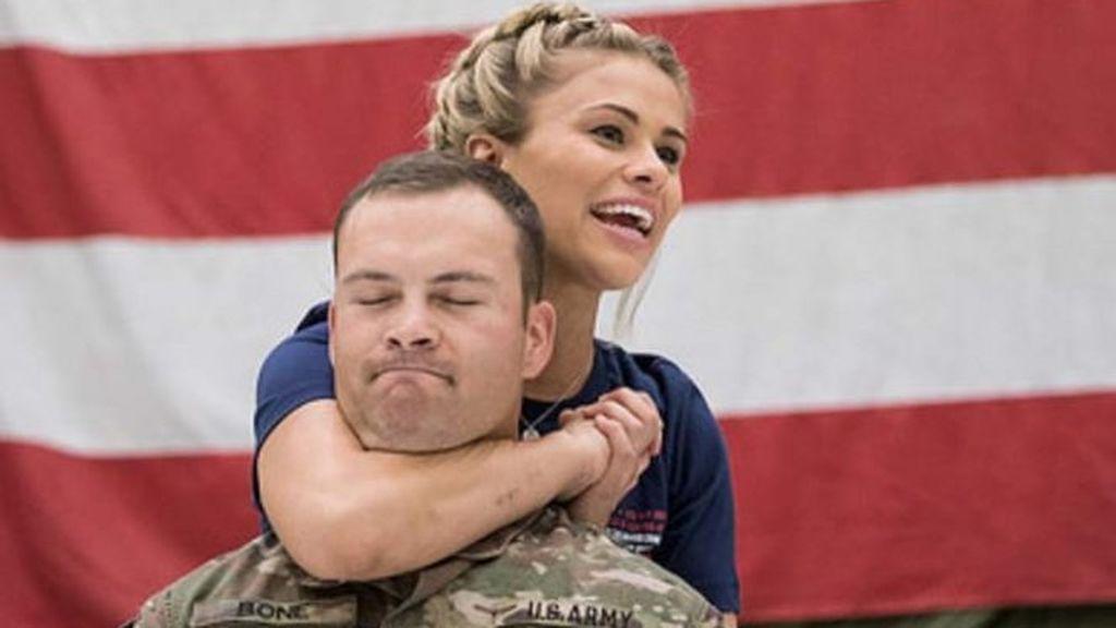 Paige VanZant, luchadora de la UFC, deja inconsciente a un soldado de los Estados Unidos