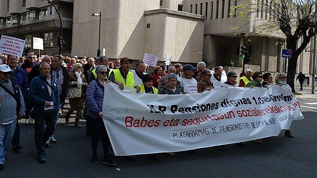"""Miles de personas vuelven a manifestarse en Vitoria en demanda de unas pensiones """"dignas"""" y mayores salarios"""