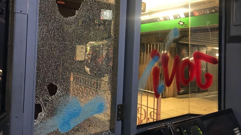 Un grupo de encapuchados ataca un convoy del metro de Barcelona