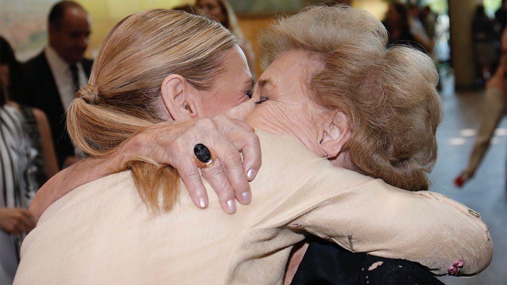 Famosos y representantes políticos felicitan a sus madres en la Red
