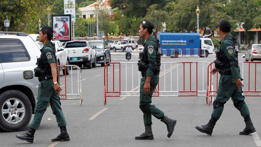 Policías camboyanos vigila una calle próxima al Tribunal Supremo