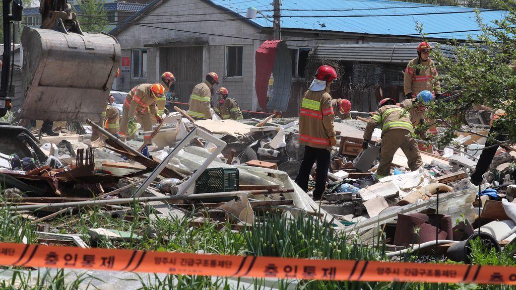 Bomberos buscan bajo los escombros