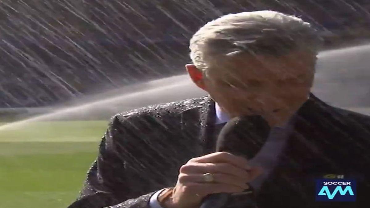 El 'baño' de Michael Buffer tras anunciar la alineación del Chelsea-Liverpool