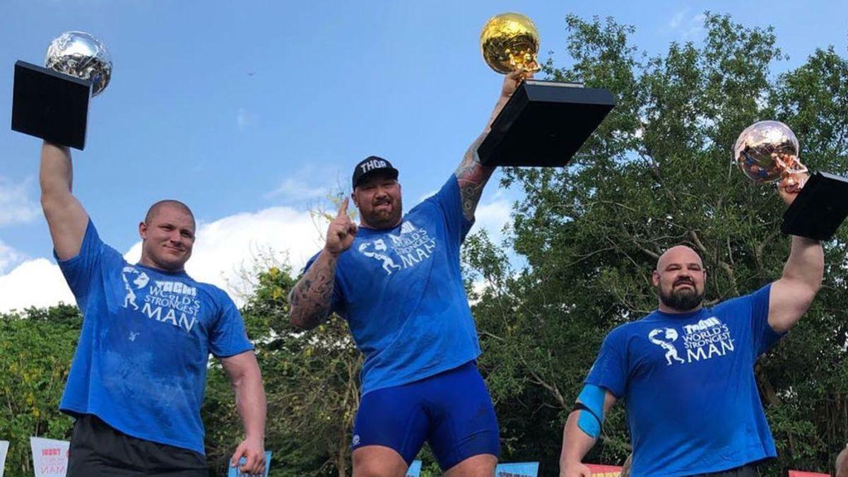Hafþór Júlíus Björnsson, en el centro, alza el primer premio el World's Strongest Man.