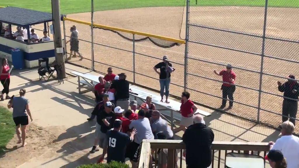 El entrenador de un equipo de niños de 13 años intenta agredir a un padre con un bate