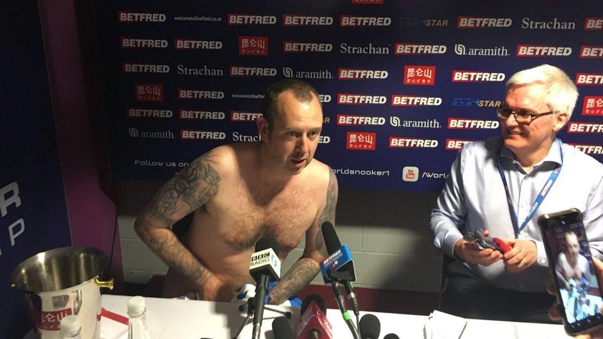 Se proclama campeón del mundo de billar y...¡Da la rueda de prens desnudo!