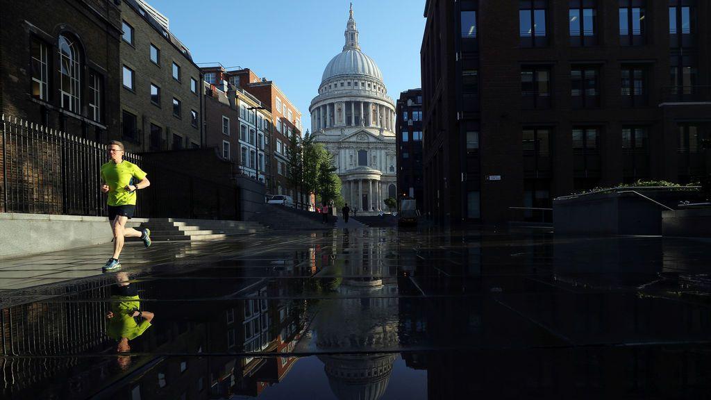 La catedral de San Pablo se refleja en la lluvia