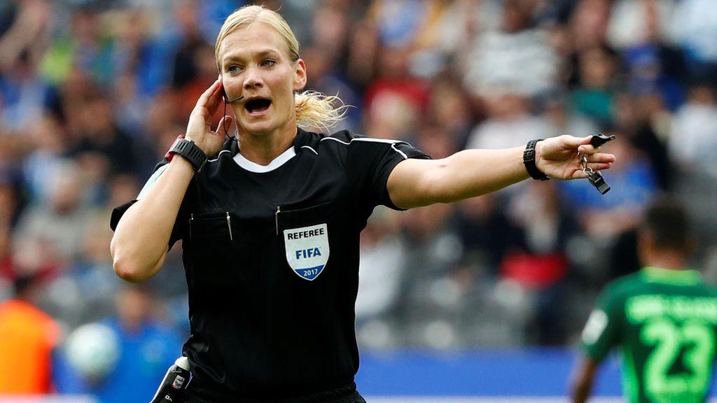 La colegiada alemana Bibiana Steinhaus, censurada por la TV de Irán durante un partido de la Bundesliga