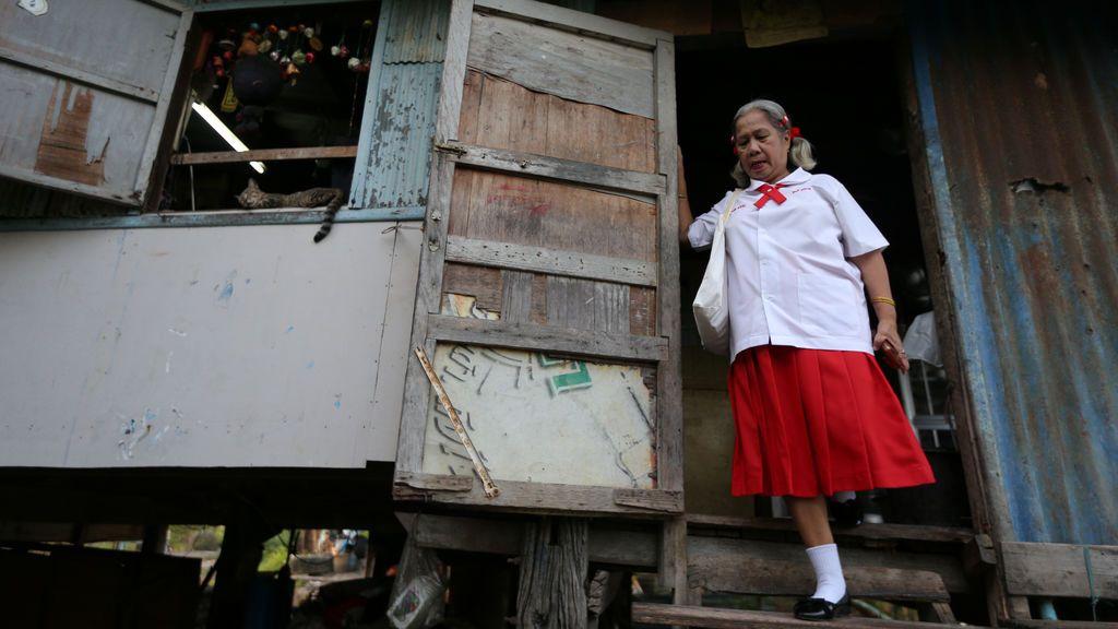 Estudiante de la Escuela de Mayores con uniforme escolar