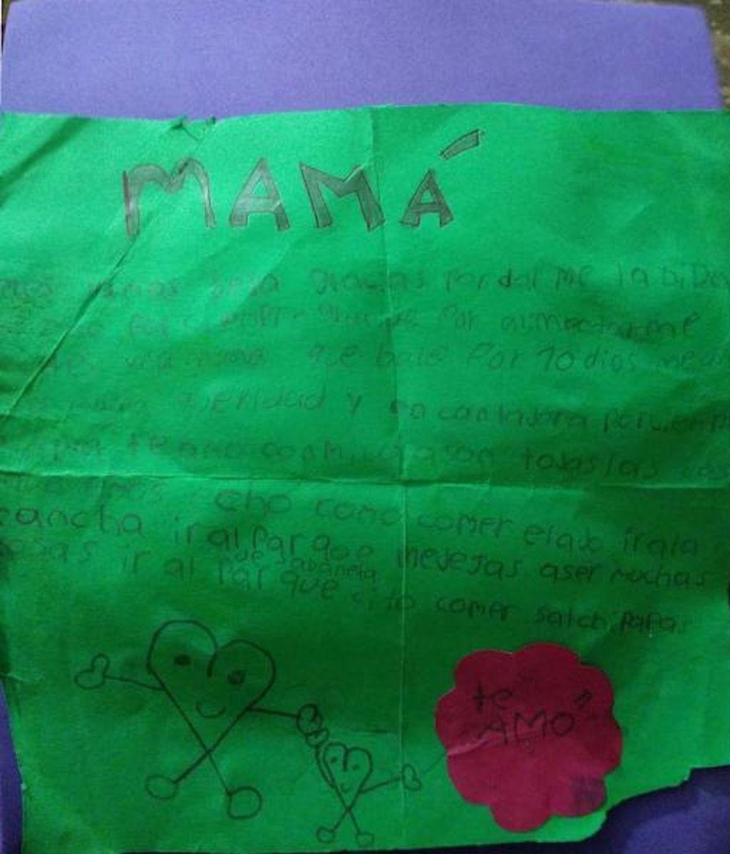 Le escribe una emotiva carta a su madre pero un terrible accidente le impide entregársela