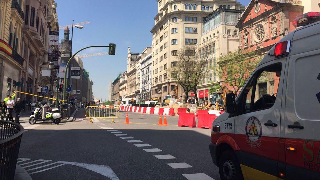 Desalojan y cierran una parte de la calle Alcalá en Madrid al perforar una tubería del gas