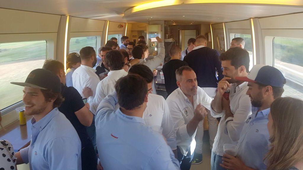 ¡El mejor ejemplo para los niños! Dos equipos de rugby juegan la final de la Copa del Rey y se vuelven a casa en el mismo tren