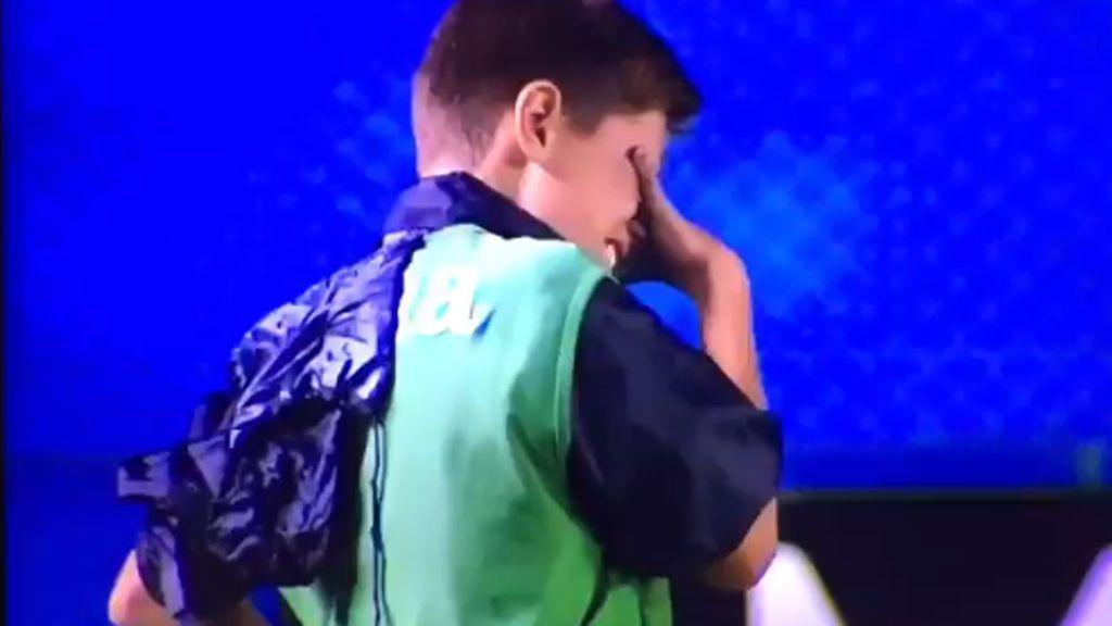 Sentimiento, pasión y amor: Así reacciona un recogepelotas del Acassuso durante la eliminación de su equipo