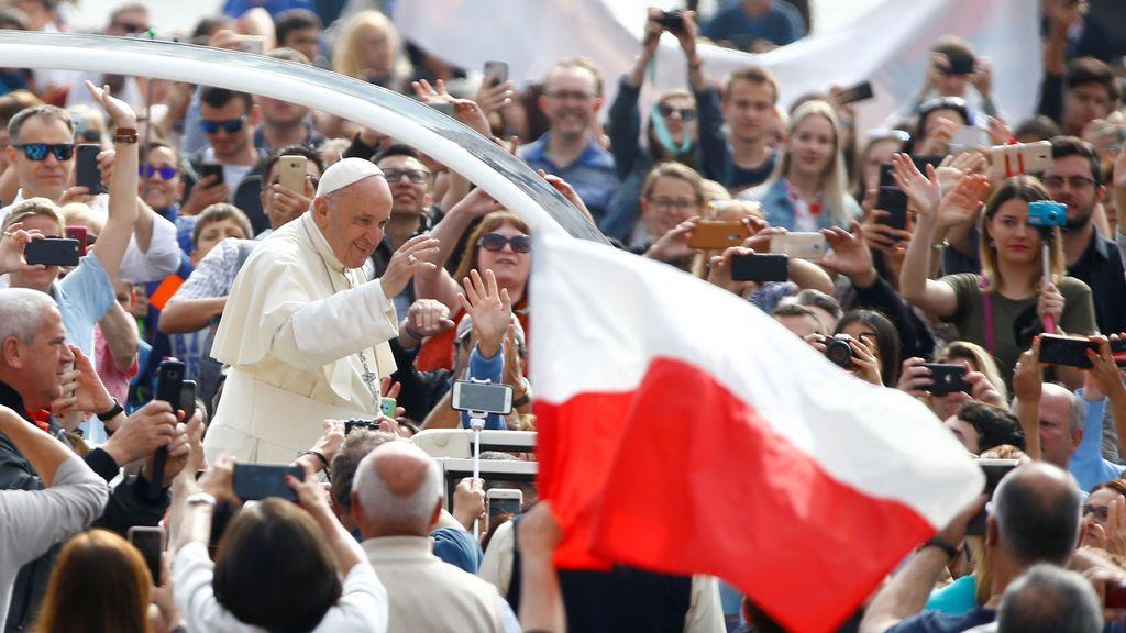 El Papa Francisco es recibido en la plaza de San Pedro