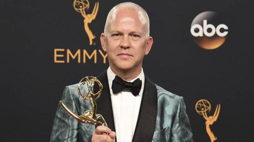 Ryan Murphy posa con el premio Emmy por 'American Crime Story' en 2016.