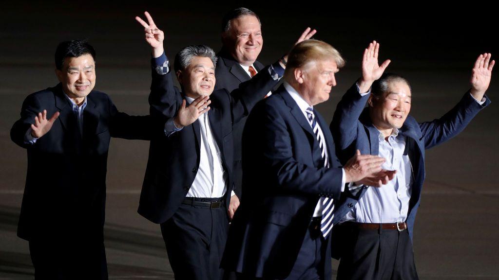 Trump confía en lograr la desnuclearización de Corea tras recibir a los tres estadounidenses