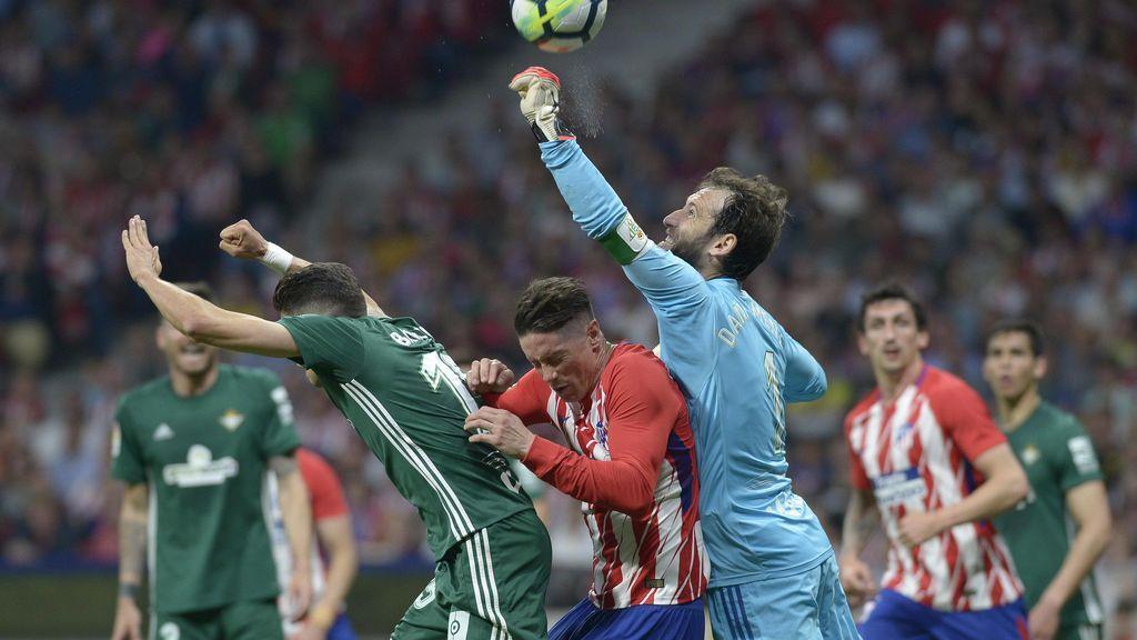 Proponen sanción de 3.001 euros a un aficionado por lanzar un globo con una esvástica nazi en el Atlético-Betis