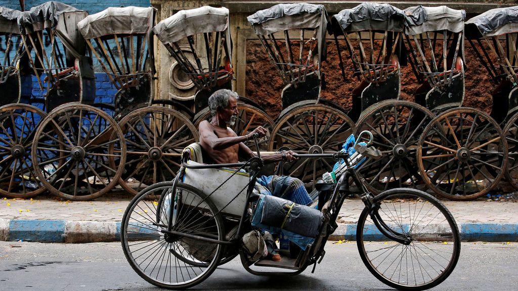 Un hombre discapacitado pasea con su triciclo
