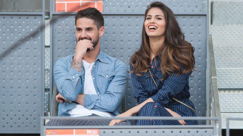 Caricias, besos y confidencias: así fue la cariñosa tarde de Isco y Sara Sálamo en el tenis de Madrid