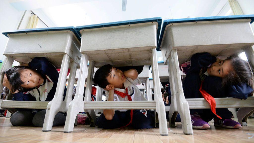 Simulacro de terremoto en un colegio de China