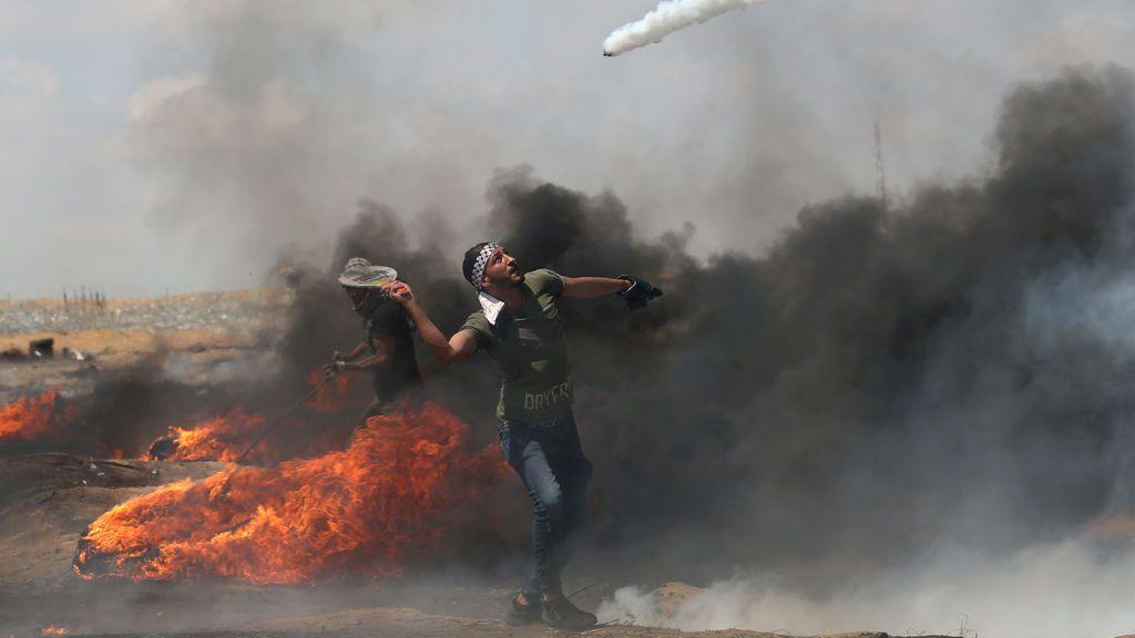 Lanzamiento de gases lacrimógenos entre manifestantes