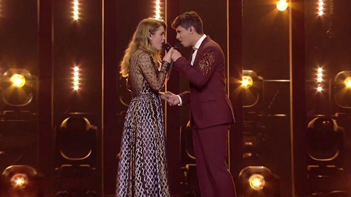Amaia y Alfred, durante el ensayo general de 'Tu canción' en la primera semifinal de Eurovisión con el vestuario que llevarán en la final.