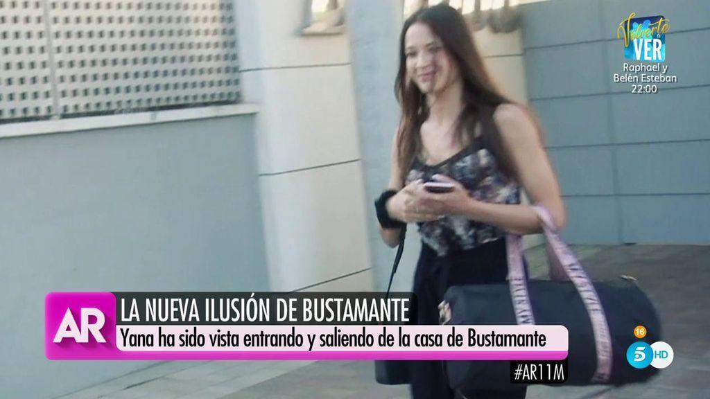 Yana Olina sale de casa de Bustamante