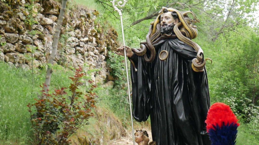 ¡Espeluznante! En un pueblo de Italia los vecinos recogen serpientes para cubrir la cabeza con ellas a su Santo